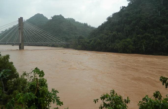 Một phó hiệu trưởng nghi bị nước cuốn mất tích khi qua cầu tràn - Ảnh 3.