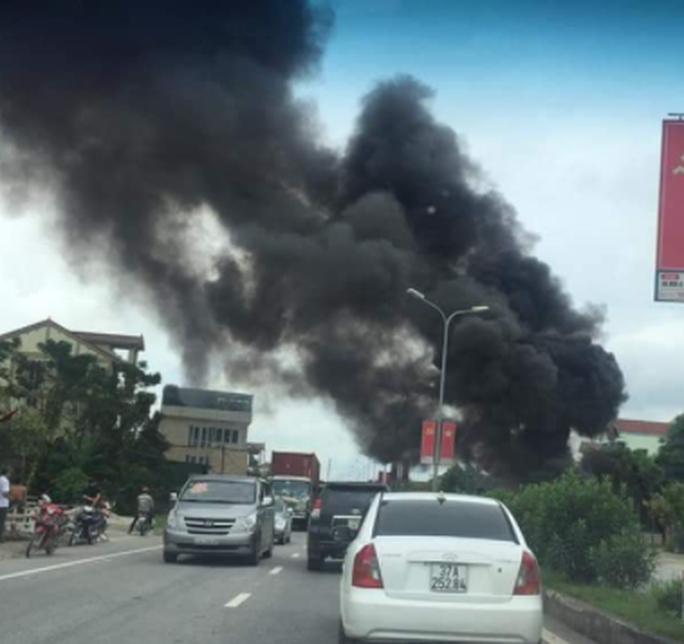 Xe tải đang chạy bốc cháy ngùn ngụt - Ảnh 1.