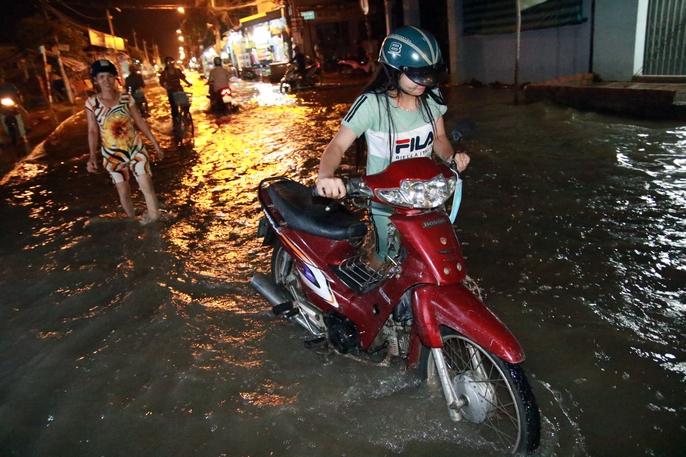 Sài Gòn hụp lặn trong nước ngập đêm đầu tuần - Ảnh 19.