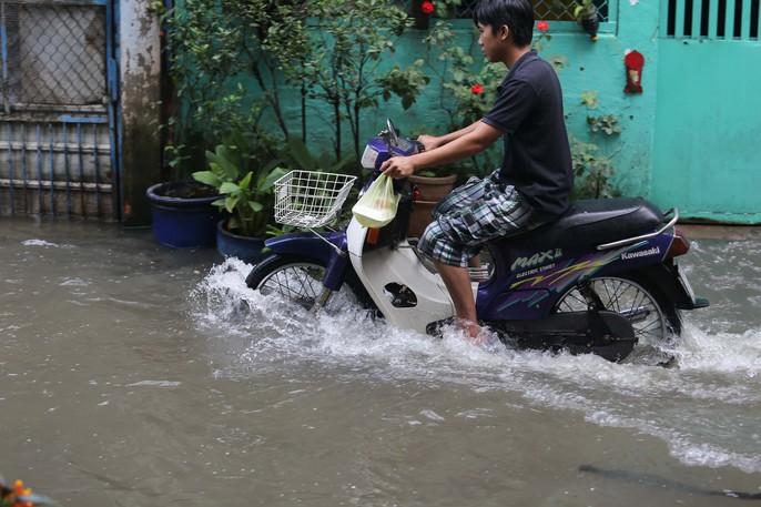 TP HCM mênh mông nước sau cơn mưa lớn - Ảnh 10.