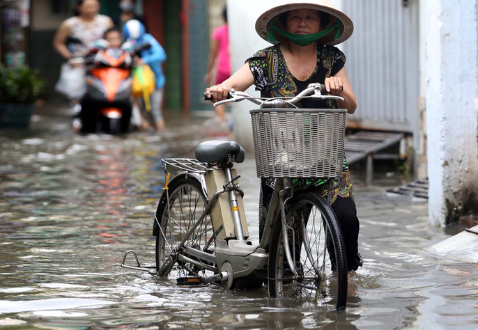 TP HCM mênh mông nước sau cơn mưa lớn - Ảnh 11.