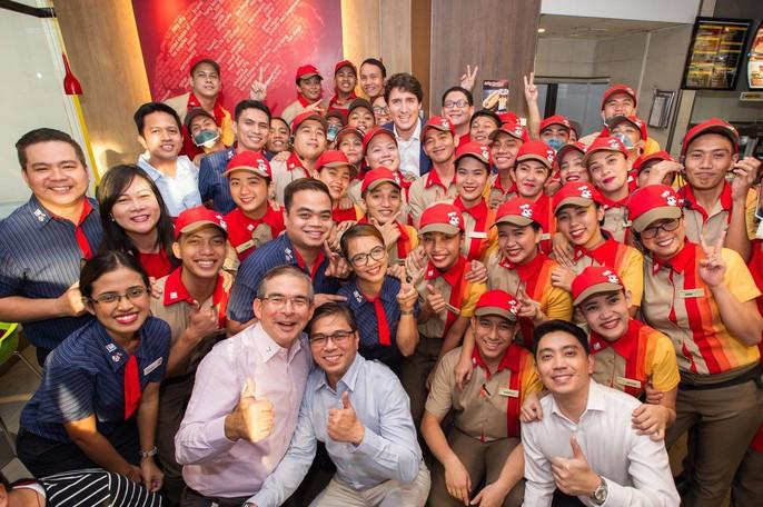 Philippines: Thủ tướng Canada gây náo loạn khi mua gà rán - Ảnh 14.