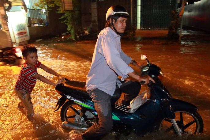 Sài Gòn hụp lặn trong nước ngập đêm đầu tuần - Ảnh 11.