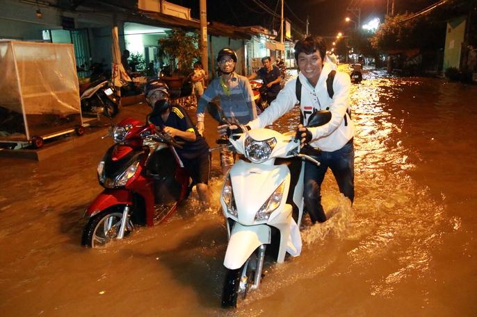 Sài Gòn hụp lặn trong nước ngập đêm đầu tuần - Ảnh 7.