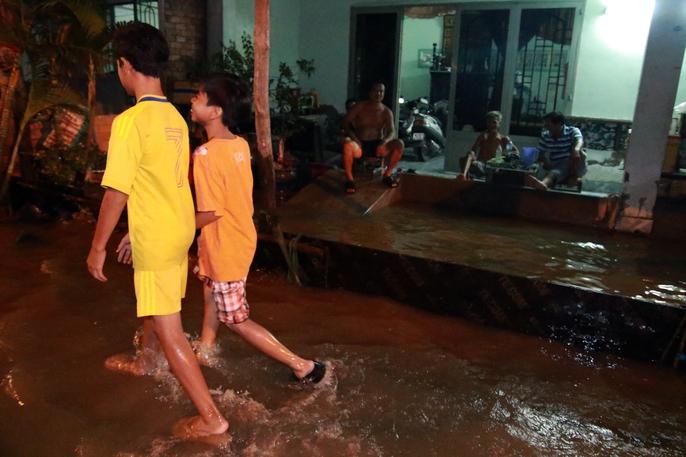 Sài Gòn hụp lặn trong nước ngập đêm đầu tuần - Ảnh 17.