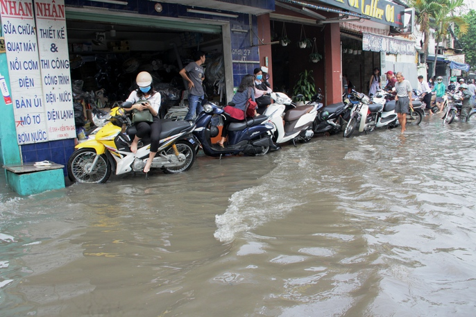 Vạn người khốn khổ trong kẹt xe, ngập nước ở TP HCM - Ảnh 13.