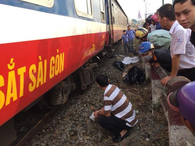 Tai nạn đường sắt, đường bộ kẹt xe kinh hoàng - Ảnh 1.