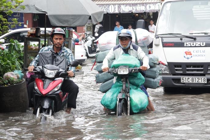 Vạn người khốn khổ trong kẹt xe, ngập nước ở TP HCM - Ảnh 14.
