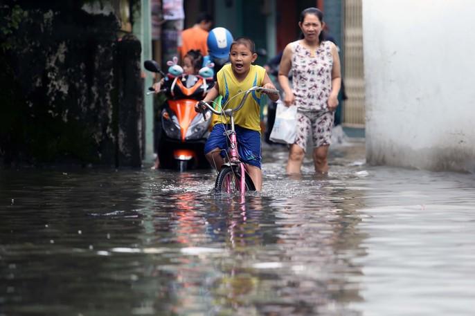 TP HCM mênh mông nước sau cơn mưa lớn - Ảnh 8.