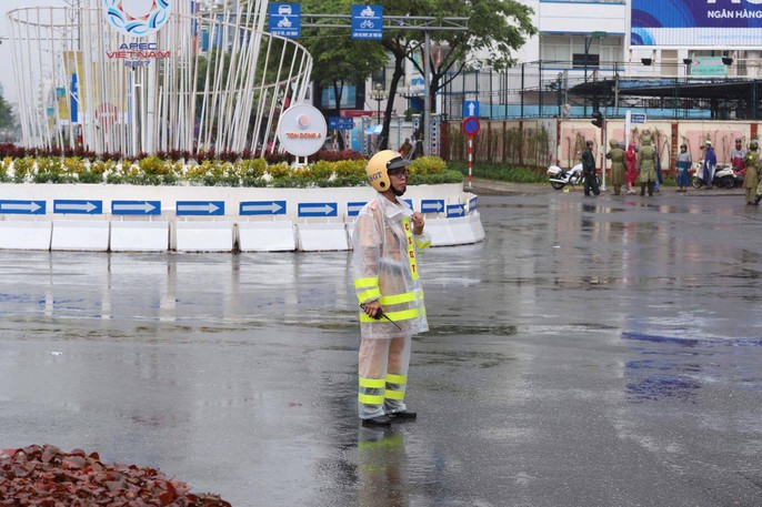 APEC 2017: Người dân Đà Nẵng đội mưa chờ xem quái thú - Ảnh 3.