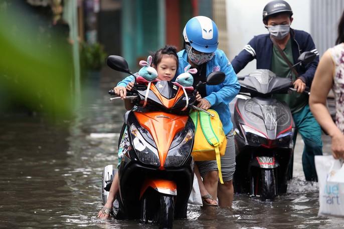TP HCM mênh mông nước sau cơn mưa lớn - Ảnh 2.