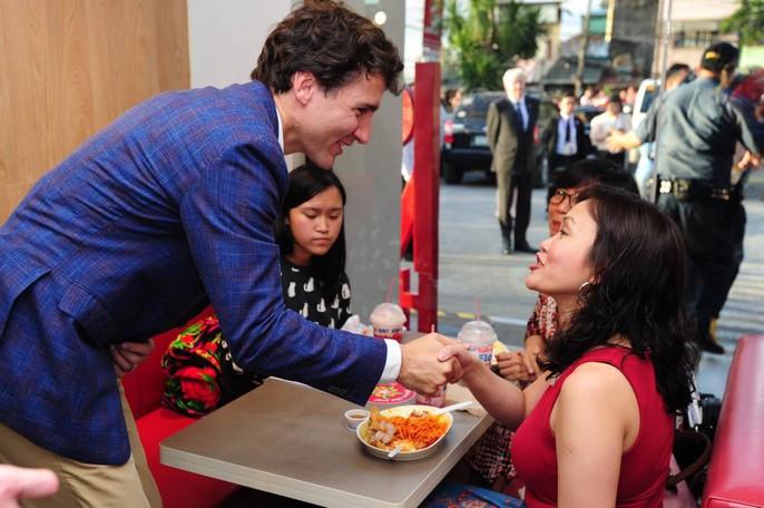 Philippines: Thủ tướng Canada gây náo loạn khi mua gà rán - Ảnh 5.