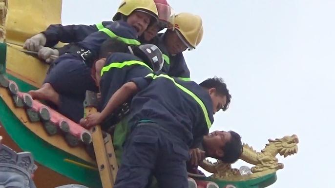 VIDEO giây phút nghẹt thở bắt kẻ ngáo đá trên tháp chùa - Ảnh 7.