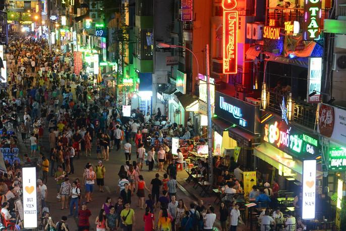 Hàng ngàn du khách đổ về phố đi bộ Bùi Viện trong ngày ra mắt - Ảnh 2.