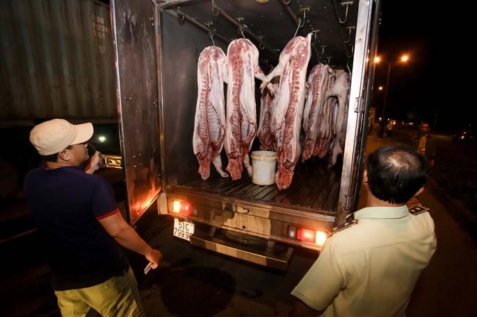 Thịt heo không rõ nguồn gốc vẫn tràn vào TP HCM - Ảnh 6.
