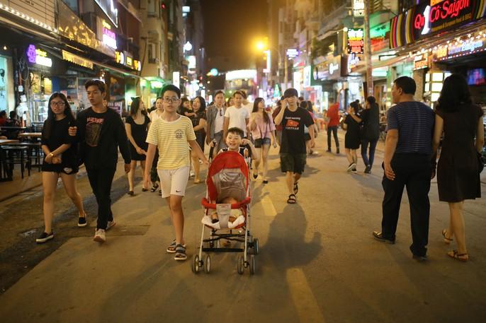 Hàng ngàn du khách đổ về phố đi bộ Bùi Viện trong ngày ra mắt - Ảnh 5.
