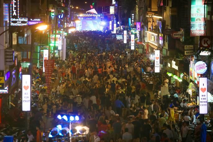 Hàng ngàn du khách đổ về phố đi bộ Bùi Viện trong ngày ra mắt - Ảnh 3.
