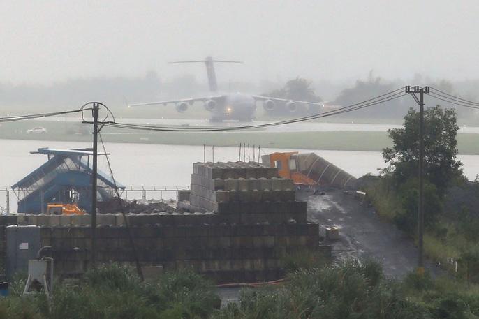 Siêu vận tải C-17 của Tổng thống Donald Trump đáp xuống Đà Nẵng - Ảnh 2.