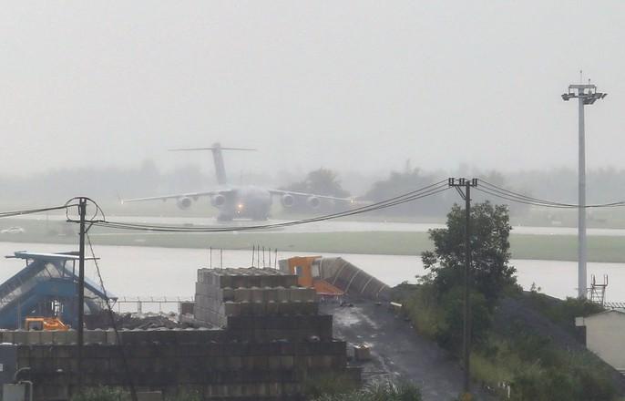 Siêu vận tải C-17 của Tổng thống Donald Trump đáp xuống Đà Nẵng - Ảnh 1.
