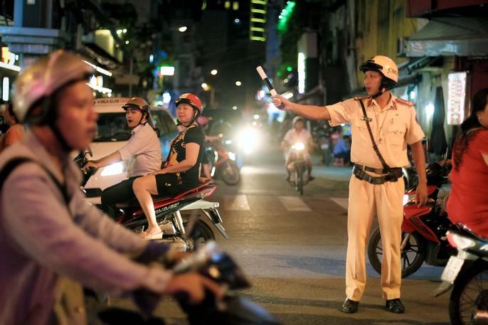 Nhiều người ngỡ ngàng trong ngày đầu Phố đi bộ Bùi Viện cấm xe - Ảnh 2.