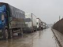 """Xe container sụp """"ổ trâu"""", Quốc lộ 1A tắc đường gần 15 km"""