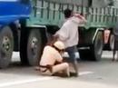 Vụ tài xế đạp CSGT: Xuất hiện clip CSGT ôm chân tài xế