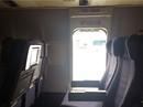 Máy bay chưa dừng, hành khách mở cửa thoát hiểm nhảy xuống