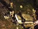 Xe taxi lao qua lan can cầu rồi bay xuống đất