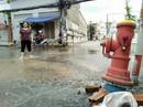Trụ cứu hỏa bật gốc, nước máy tràn ngập Thảo Điền