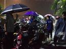 Sinh viên đội mưa giải cứu 1.000 xe máy trong hầm ngập