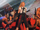 Madonna khóc trên sân khấu vì con trai