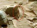 """Xôn xao bức ảnh """"quý cô"""" ngoài hành tinh núp sau tảng đá Sao Hoả"""