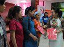 Tặng sữa cho nữ công nhân mang thai