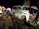 Cướp chặn xe gây tai nạn, hơn 30 người thương vong