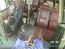 Đình chỉ tài xế xe buýt nghe điện thoại, thả vô lăng