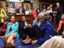 Biểu tình ngồi làm náo loạn chính trường Mỹ