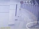 Chết thảm vì mắc kẹt ở cửa tàu điện ngầm