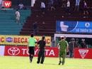 Cảnh sát hộ tống trọng tài Võ Minh Trí rời sân Long An