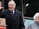 """Cả vợ chồng ông Bush """"cha"""" cùng nhập viện"""