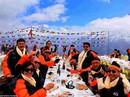 Bữa sáng xa xỉ trên đỉnh Everest cho khách nhà giàu