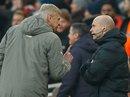 Bị phạt nặng vì xô trọng tài, HLV Wenger vẫn vui vẻ