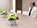 Xôn xao bức ảnh đơn độc của thủ tướng Anh tại đàm phán Brexit