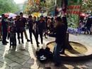 Nạt nộ bé trai 15 tuổi kéo violon bên hồ Gươm: Mẹ bảo có, cảnh sát nói không