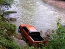 Phát hiện người đàn ông chết dưới suối gần chiếc ô tô bán tải