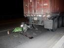 Xe máy găm vào đuôi container, một thanh niên tử vong