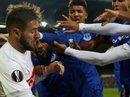 """Fan Everton """"đánh hôi"""" lúc cầu thủ ẩu đả"""
