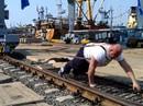 Lực sĩ Nga muốn di chuyển tàu nặng 8.000 tấn