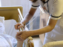Nhật Bản đang đau đầu vì bảo hiểm y tế... quá tốt