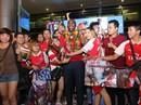 Sol Campbell trong vòng vây người hâm mộ Việt