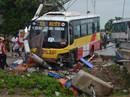 Đứng bắt khách, lái xe ôm bị xe buýt tông bay xuống sông tử vong